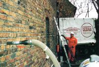Über die durch bohren bzw. durch entfernen von Steinen aus dem Mauerwerk entstehenden Öffnungen wird der Dämmstoff eingebracht (siehe Skizze unten). Auch in schwer zugänglichen Bereichen gewährleistet diese Art von Wärmedämmung eine sichere und gleichmäßige Verteilung des Granulats.